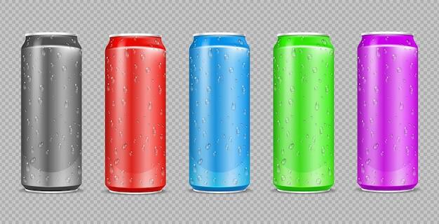 カラーアルミ缶。飲み物のスチールボトルにリアルな水滴。透明な壁に隔離できます。金属ビールまたはソーダパッケージのモックアップ。イラスト飲料入りアルミ容器