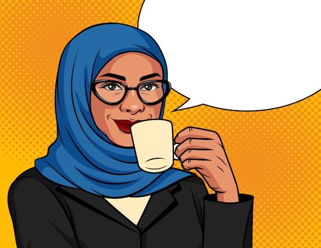 ポップなアートスタイルのカラーイラスト。伝統的なスカーフとメガネのイスラム教徒の女性はコーヒーを飲んでいます。彼女の手で一杯のコーヒーとドット背景にアラビア語の成功したビジネスウーマン