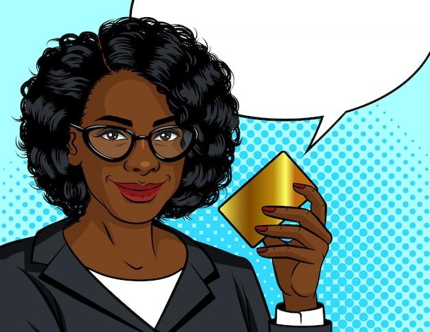 色ポップアートスタイルのイラスト。彼女の手でゴールドカードを保持しているアフリカ系アメリカ人のビジネス女性。手にクレジットカードを持つオフィススーツの女性。