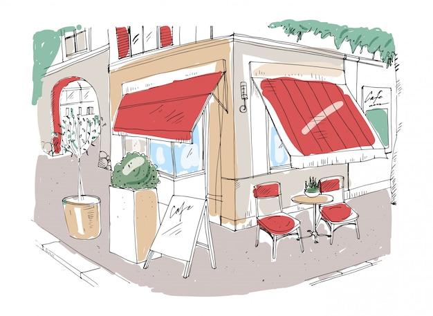 小さな歩道のカフェや鉢植えの植物で飾られたテーブルのあるレストランの色付きのフリーハンドスケッチと建物の横にある日よけの下の街路に立っている椅子。手描きイラスト。