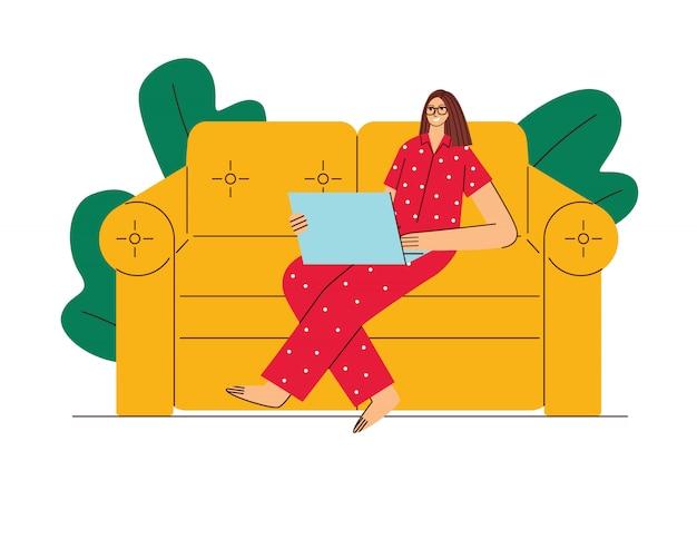 컬러 일러스트 플랫 스타일. 한 여성이 가정에서 자기 격리 작업을합니다. 잠옷에 소녀는 노트북과 함께 소파에 앉아있다. 격리 중에 작동하는 여자
