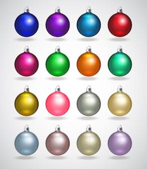 カラフルなクリスマスボール。孤立した現実的な装飾のセットです。図