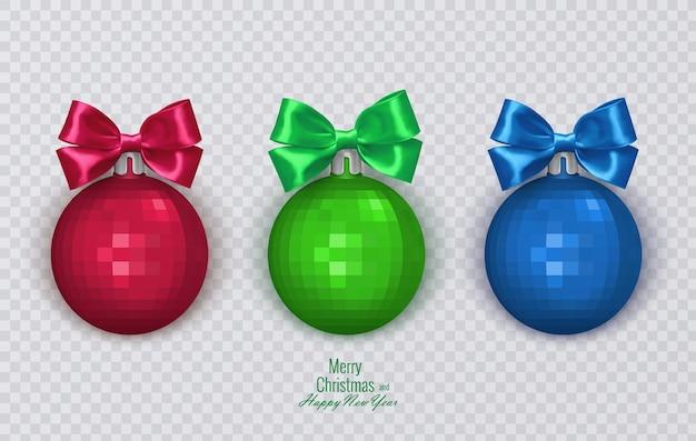 透明な背景のクリスマスの装飾にリアルな弓でカラフルなクリスマスボール
