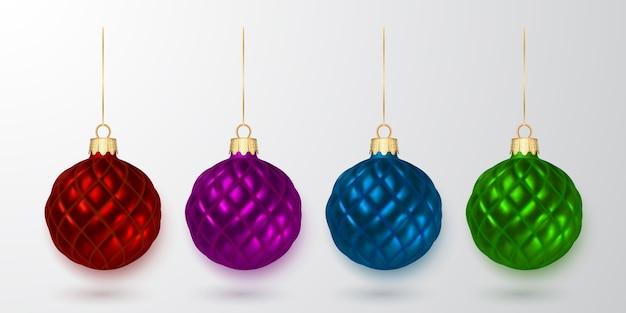 カラフルなクリスマスボール。白い背景の上のクリスマスのガラス玉。休日の装飾テンプレート。