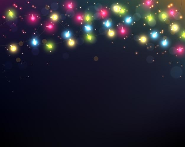 夜の背景にカラフルなクリスマスライト