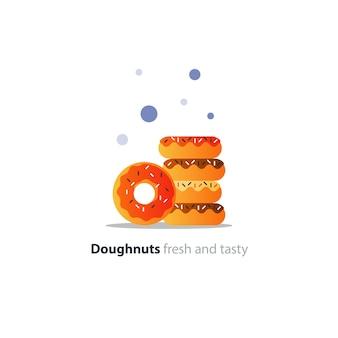Красочные пончики в куче, сладкие вкусные кольцевые пончики, глазированные собачки с посыпкой