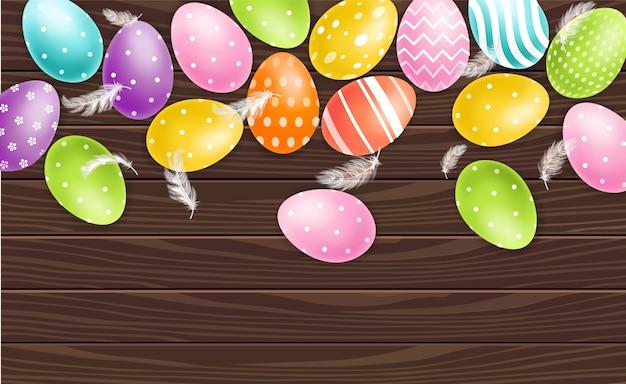 Красочные пасхальные яйца на деревянном фоне