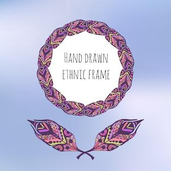Zentangle 스타일에 깃털을 가진 다채로운 민족 프레임입니다. 배경 흐리게에 손으로 그린 낙서 프레임