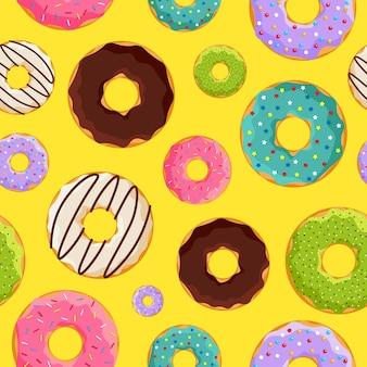 黄色の背景にカラフルな艶をかけられた甘いドーナツのシームレスなパターン。ベクトルドーナツベーカリーフラットepsイラスト