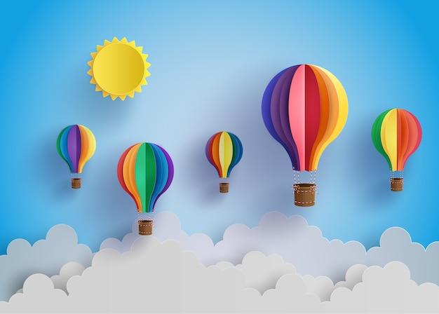 화려한 뜨거운 공기 풍선 및 구름입니다.