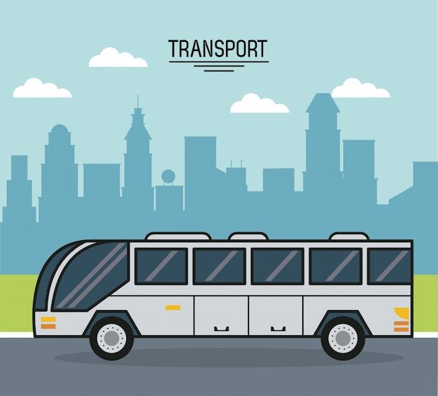 도시 외곽에 버스와 화려한 포스터