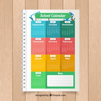 Calendario scolastico colorato su un notebook