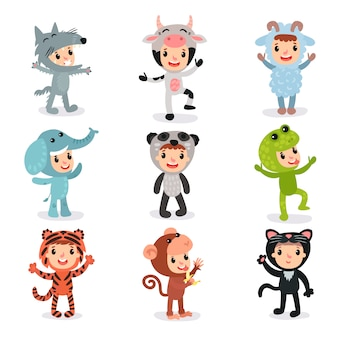 狼、牛、羊、象、パンダ、カエル、トラ、猿、猫のさまざまな動物の衣装で子供たちのカラフルなセット。パーティー用のスーツを着た子供たち。フラットなデザイン