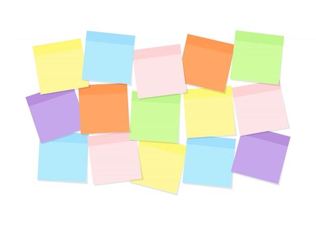 メモリー表記、メッセージ、タスク用にボードに取り付けられたカラフルな付箋紙