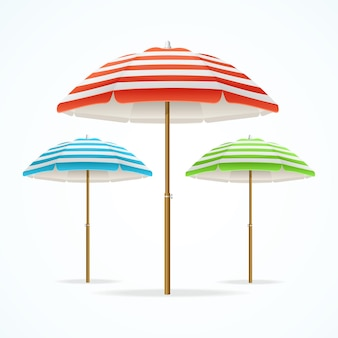 Красочный полосатый пляжный зонтик.