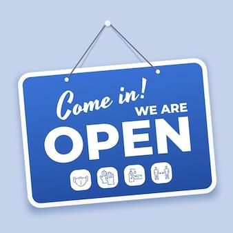 오픈 사인으로 오세요. 코비드 19 기간 동안 상점이나 시장을 위한 새로운 일반 환영 표지판이 안전 아이콘으로 다시 열립니다. 문 벡터 파란색 태그에 매달려. 장갑 착용, 사회적 거리 유지, 소독제 사용