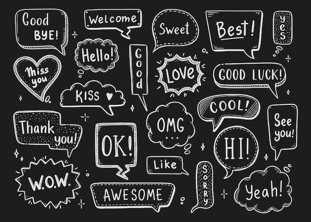 Комический речевой пузырь с диалоговым словом привет, хорошо, пока, добро пожаловать. ручной обращается эскиз каракули стиль и фон классной доски. векторная иллюстрация речи пузырь чат, элемент сообщения.