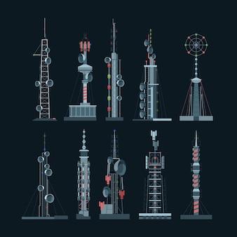 통신 타워 셀룰러 세트. 어두운 배경에 타워가있는 증폭기 다양한 주파수 글로벌 디지털 셀을 방송하기위한 무선 전화 인터넷 연결 장비.