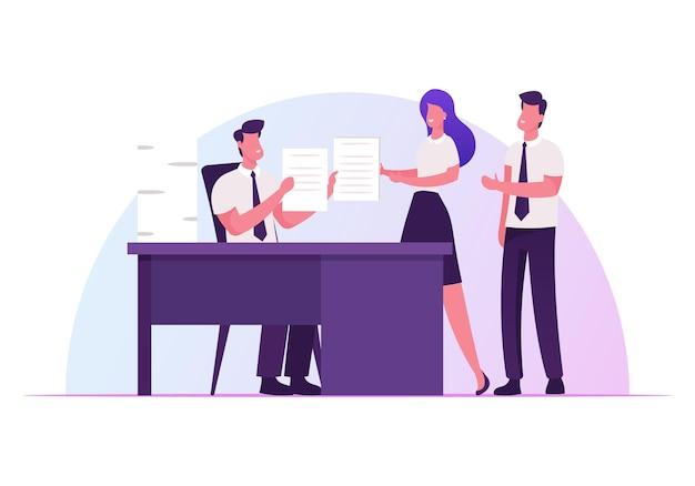 회사 상사가 사무실 책상에 앉아 비즈니스 직원에게 작업을 제공하고 책임을 위임합니다.