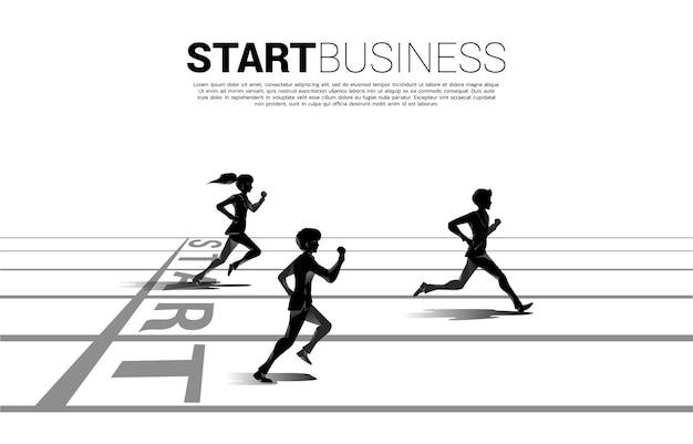 スタートラインから走るビジネスマンとビジネスウーマンのシルエットの競争。競争のためのビジネスコンセプト