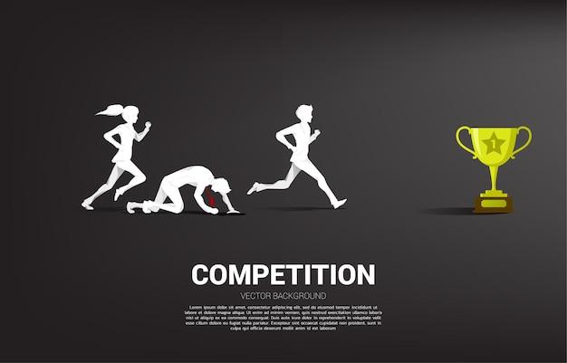 トロフィーを獲得するために走っているビジネスマンと実業家のシルエットの競争。競争相手のためのビジネスコンセプト