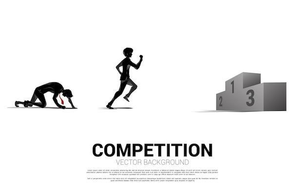 表彰台に駆け上がるビジネスマンとビジネスウーマンのシルエットの競争。競争相手のためのビジネスコンセプト