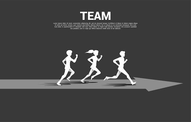 矢印で走っているビジネスマンと実業家の2つのシルエットの競争。競争のためのビジネスコンセプト