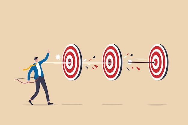 Выполнение нескольких задач одним действием, бизнес-преимущество или эффективность для достижения успеха и достижение множества целей с небольшими усилиями, умная стрельба из лука бизнесмена поражает несколько целей одной стрелой.
