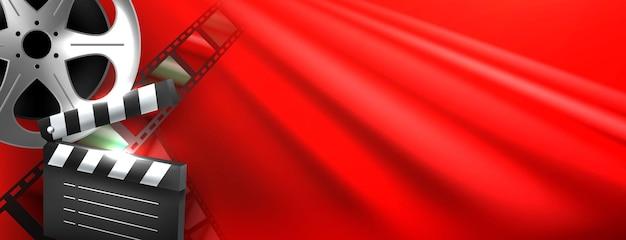 Composizione di elementi del cinema su sfondo rosso