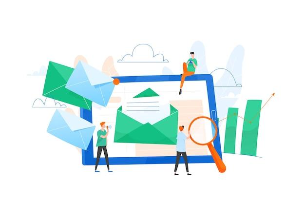 거대한 태블릿 pc, 화면의 봉투 편지, 일하는 사람들 또는 마케팅 팀으로 구성