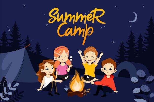 子供のサマーキャンプの概念。夏休みハイキング中の子供たちのグループ。子供たちはキャンプファイヤーに座ってマシュマロを食べます。美しい夜の森の自然の風景。