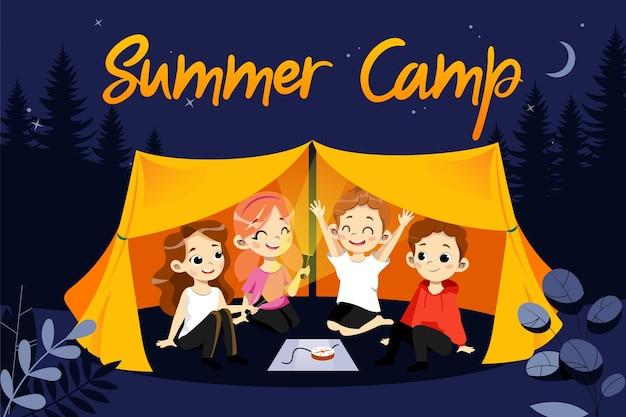 子供のサマーキャンプの概念。夏休みハイキング中の幸せな子供たち。子供たちはテントに座って提灯で遊んでいます。美しい夜の森の自然の風景。