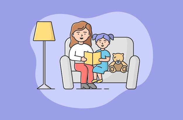 Концепция семьи, проводящей время. мать читает книгу маленькой дочери. девушка слушает сказку, сидя на диване с мамой и плюшевым мишкой. мультфильм линейный контур плоский стиль. векторные иллюстрации.