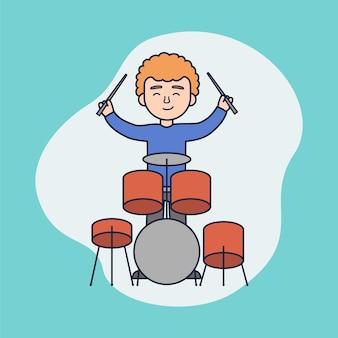 음악 콘서트 또는 수업의 개념. 소년 플레이 드럼. 쾌활한 남자는 타악기를 연주하고 있습니다. 콘서트를 주거나 음악 수업을 듣는 젊은 음악가
