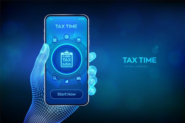 コンセプト税の支払い。財務調査レポートと納税申告書の計算。手にスマートフォン。