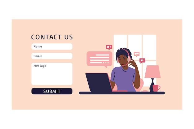 Понятия себя консультируем, работаем онлайн, снимаем работу, колл-центр. свяжитесь с нами через форму. для интернета. оператор африканская девушка с компьютером, наушниками и микрофоном.