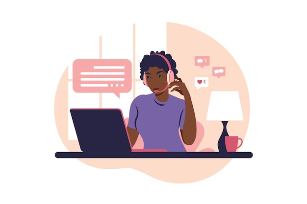 개념 자체 컨설팅, 온라인 작업, 작업 제거, 콜센터. 컴퓨터, 헤드폰, 마이크와 연산자 아프리카 소녀.