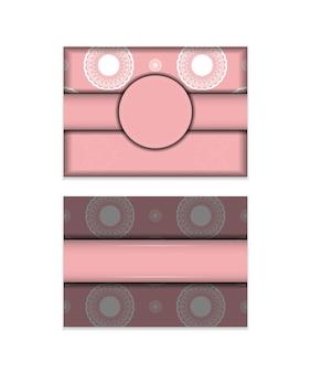 タイポグラフィ用に用意された豪華な白い装飾が施されたピンクのお祝いパンフレット。