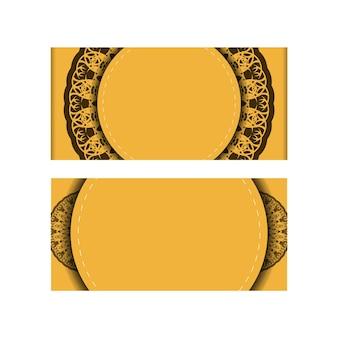 Поздравительная брошюра желтого цвета с винтажным коричневым орнаментом для вашего поздравления.
