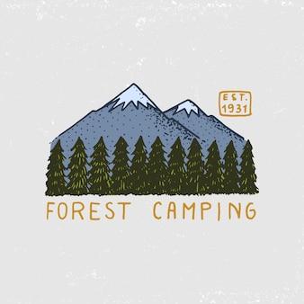 針葉樹林、山、木製のロゴ。キャンプと野生の自然。松の木と丘のある風景。エンブレムやバッジ、テント観光、ラベルの旅行。古いヴィンテージのスケッチで描かれた刻まれた手