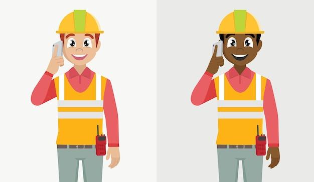 電話で話している建設労働者
