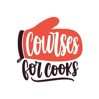 요리 코스 평면 벡터 로고입니다. 손으로 쓴 글자 스티커가 있는 만화 주방 오븐 장갑. 요리 클래스 로고 흰색 배경에 고립입니다. 베이킹 학교 광고 레이블입니다.