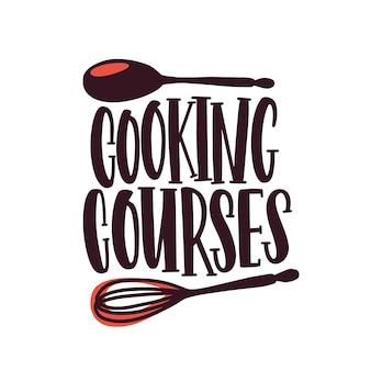 요리 코스 레이블 평면 벡터 로고. 요리 수업 로고, 흰색 배경에 고립 된 음식 준비 학교. 손으로 쓴 글자 스티커가 있는 만화 숟가락과 털.