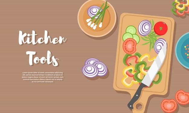 キッチンで健康食品を調理します。木製のテーブルで便利なお食事。健康的な食事、野菜。キッチン用品、まな板、ナイフ、皿、プレート、さまざまな食品の上面図。