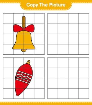 Скопируйте изображение, скопируйте изображение рождественских огней и золотых рождественских колокольчиков, используя линии сетки. развивающая детская игра, лист для печати