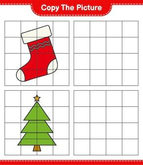 写真をコピーし、グリッド線を使用してクリスマスツリーとクリスマスの靴下の写真をコピーします。教育的な子供向けゲーム、印刷可能なワークシート
