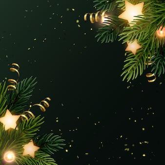 Квадратный рождественский фон с еловыми ветками, светящимися звездами, золотыми серпантинами и светящимися лампочками. темно-серый фон с copyspace.