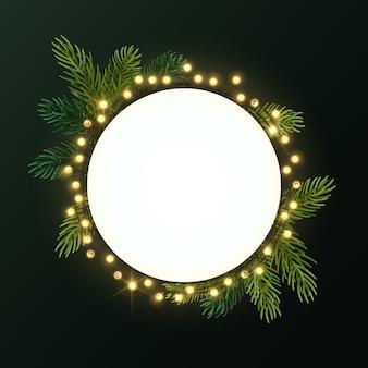 Круглый рождественский венок с еловыми ветками и светящейся гирляндой из луковиц. круг с copyspace.