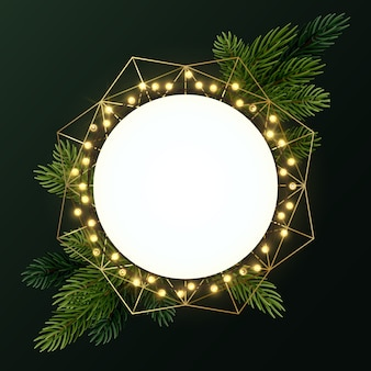 モミの枝と電球の明るい花輪の丸いクリスマスリース。 copyspaceのある円。
