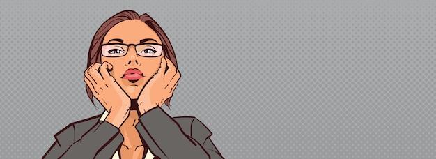 Copyspaceと背景の上の手に頭を抱えている美しいビジネス女性の肖像画